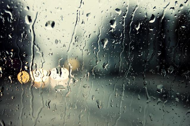 Влага в салоне может служить причиной появления капелек на окне