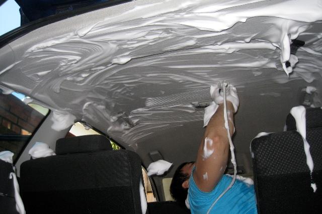 Процесс химической чистки потолка авто