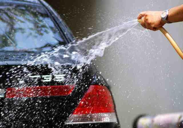 Мытье автомашины водой