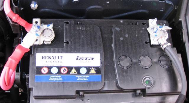 Клеммы аккумулятора должны быть надежно закреплены