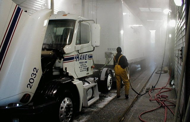 Оператор моет грузовое авто