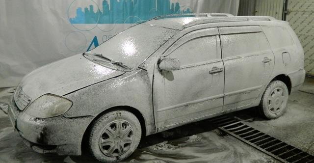 Автомобиль с нанесенным моющим средством