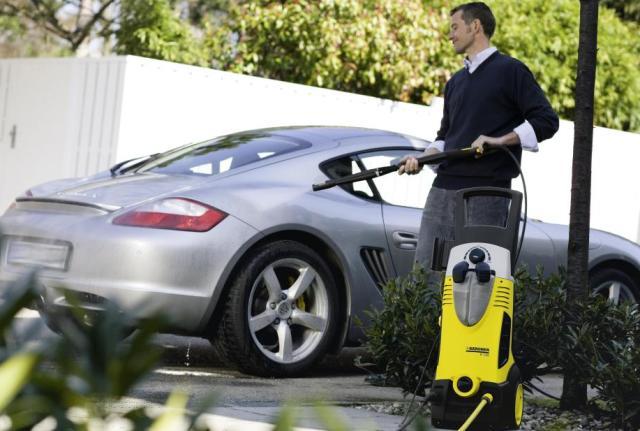 Мытье авто с помощью портативной мойки